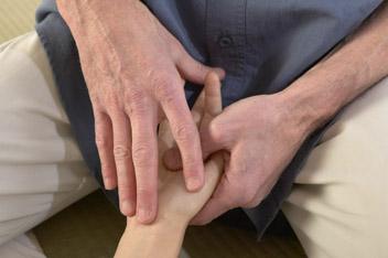 La manoeuvre dite du Petit Pont, partie fluidique du shiatsu de la main